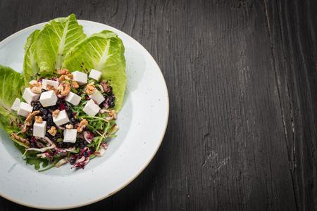 Lettuce arugula vegan salad with goat cheese and walnuts 版權商用圖片