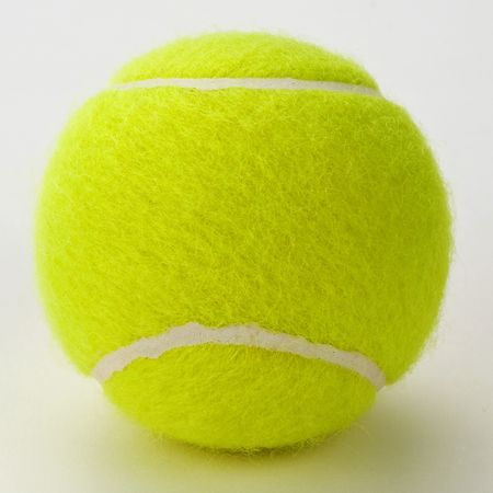 backhand: Amarillo pelota de tenis aislados en fondo blanco