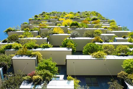 모든 발코니에 많은 나무가있는 현대적이고 생태 학적 인 고층 빌딩. Bosco Verticale, 밀라노, 이탈리아