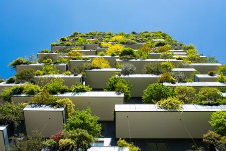 すべてのバルコニーに多くの木を持つ近代的で生態学的な超高層ビル。ボスコ・バーティカル、ミラノ、イタリア