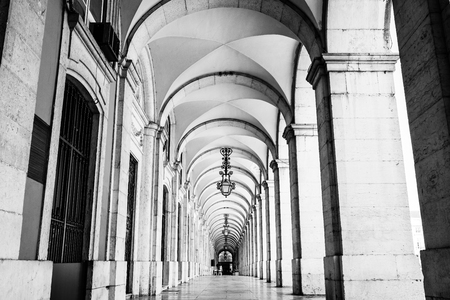 typical covered walkway, the portico of placa do comercio, lisbon, portugal, black and white version 新聞圖片