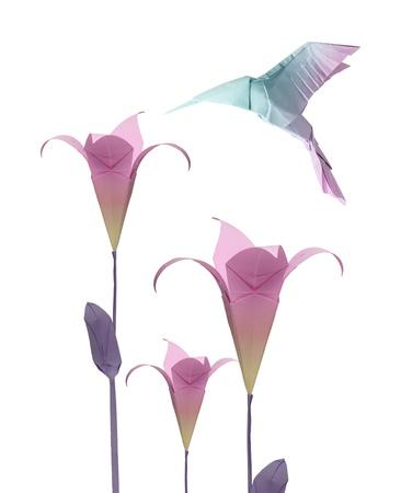 origami paper hummingbird flying around the flowers Standard-Bild