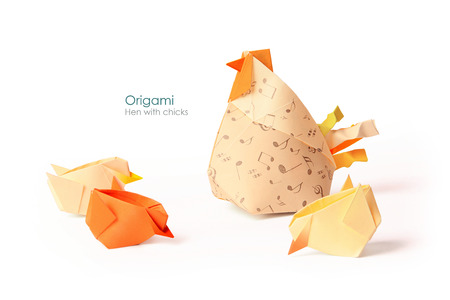 Care hen with chicks origami on white  Banque d'images