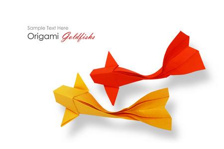 pez dorado: Papel Origami peces de colores rojo sobre un fondo blanco verde Foto de archivo