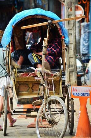 rikscha: DHAKA, Bangladesch - 2. November: Lange Schuss von einem Mann in seiner Rikscha am 2. November schlafen, 2014 in Dhaka, Bangladesch