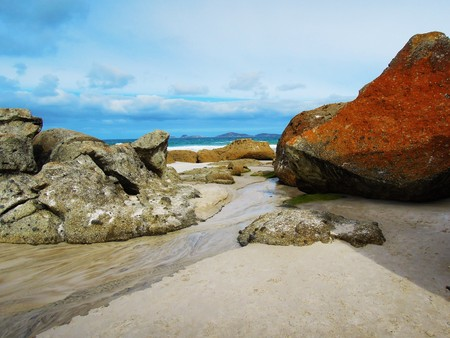 wilsons promontory: A big red stone at the squeaky beach in Wilsons Promontory National Park