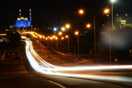 L'esposizione a lungo per creare percorsi di luce di vetture in Muscat, Oman con la moschea in background