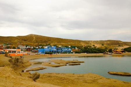 plan éloigné: Long shot of the city Puerto Pirmides in Pennsula Valds  s. Banque d'images