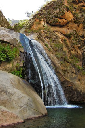 plan éloigné: Long shot of a waterfall on the Cascadas del rio Colorado Trek close to Cafayate in Argentina, South America
