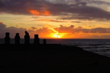 rapanui: Disparo largo del Moai durante la puesta de sol en Ahu Tahai en Hanga Roa en Rapa Nui, Isla de Pascua, Chile, América del Sur Foto de archivo