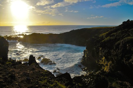 rapanui: Waves breaking at the cliffs in front of the Ana Kai Tangata Cave close to Hanga Roa in Rapa Nui, Easter Island in Chile, South America Foto de archivo