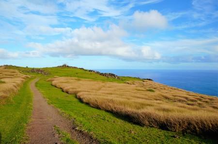 rapanui: Long shot de la aldea de Orongo entre el cráter Rano Kau y el océano Pacífico cerca de Hanga Roa la capital de la Isla de Pascua, Rapa Nui, Chile, América del Sur