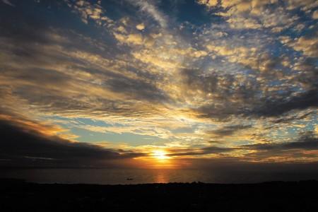 Foto de la puesta de sol en Puna Pau, un volcán extinto donde se construyeron los pukaos, o moai tocados, en la Isla de Pascua, Rapa Nui, Chile, América del Sur