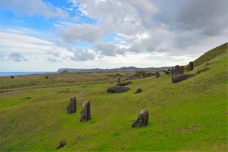 rapanui: Long shot of Moai statues at the famous Moai statue quarry around the Rano Raraku volcano in Easter Island, Rapa Nui, Chile, South America Foto de archivo