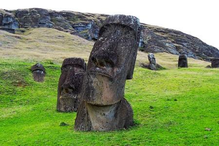 rapanui: Largo disparo de las estatuas de Moai en la famosa cantera de la estatua Moai alrededor del volcán Rano Raraku en la Isla de Pascua, Rapa Nui, Chile, América del Sur Foto de archivo
