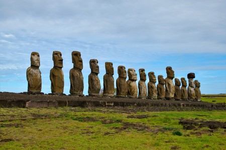 Posibilidad de una fila de esculturas de Moai en la plataforma de Tongariki en Isla de Pascua, Rapa Nui, Chile, América del Sur Foto de archivo