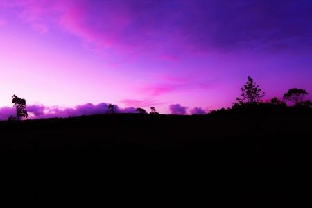 rapanui: Largo disparo de una puesta de sol sobre el océano en la Isla de Pascua, Rapa Nui, Chile, América del Sur