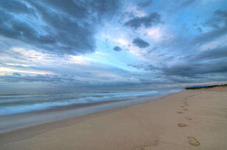 huellas de pies: Foootprints en la playa en una ma�ana tormentosa