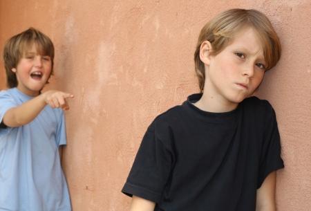 Bully, triste infelice bambino vittima di bullismo  Archivio Fotografico