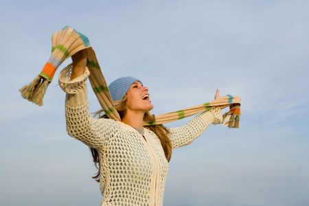 personas cantando: mujer joven feliz que canta o que grita con alegr�a