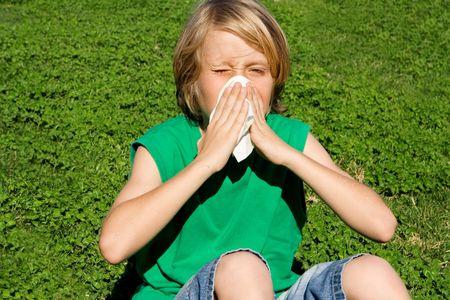 sneezing: Bambino con allergia o di freddo che soffia naso