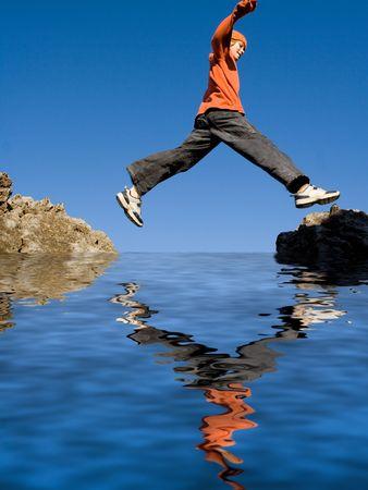 ni�o saltando: muchacho saltando rocas,