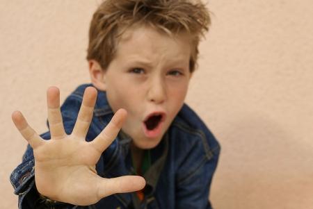 maltrato infantil: enojado ni�o  Foto de archivo