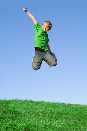 ni�o saltando: feliz ni�o saltando  Foto de archivo