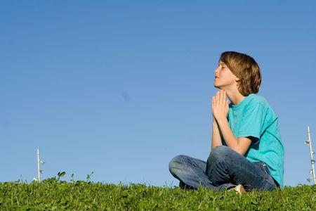 ni�o orando: ni�o diciendo oraciones  Foto de archivo