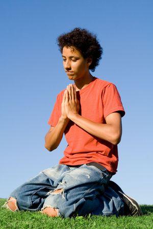 los jóvenes orando  Foto de archivo - 2697780