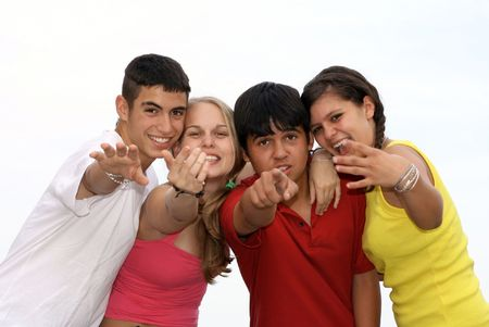 se�al de silencio: Diverso grupo de adolescentes felices