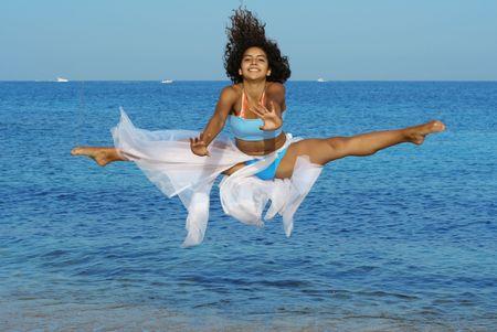 danza contemporanea: joven saltando en la playa