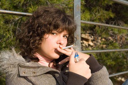 joven fumando: adolescente de fumar