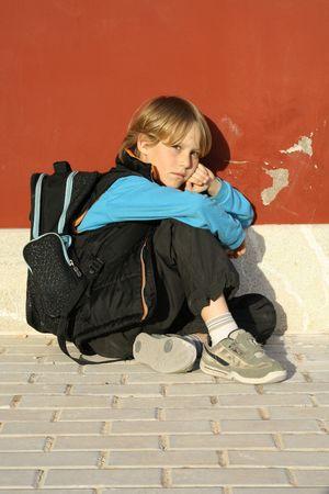 persona triste: intimidado ni�o  Foto de archivo