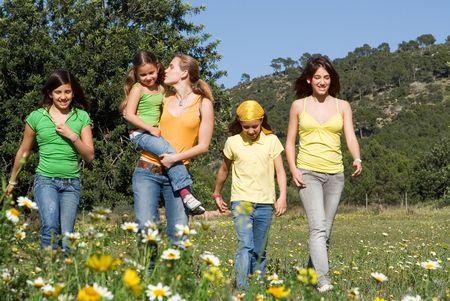 ni�os caminando: feliz grupo de ni�os sonrientes caminando