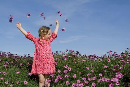 enfant qui joue: cute enfant jouer en plein air  Banque d'images