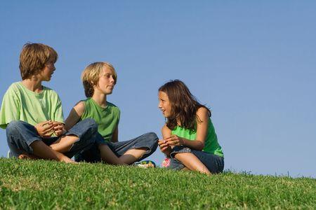 preadolescentes: personas en el chat para ni�os al aire libre  Foto de archivo