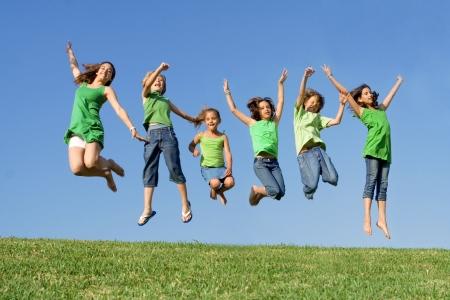 campamento de verano: feliz grupo de ni�os saltando