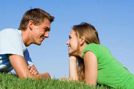 ni�os hablando: joven pareja feliz Foto de archivo