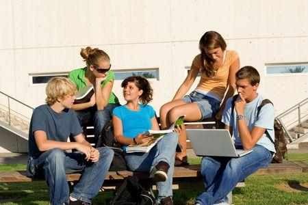 Teenagers studying: los ni�os que estudian  Foto de archivo