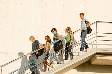 down the stairs: los estudiantes que salen de la escuela