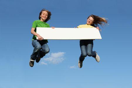 preadolescentes: ni�os con signo blanco saltando