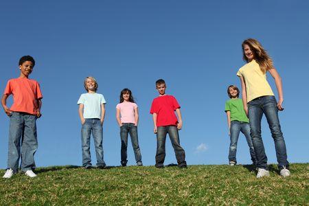 preadolescentes: diversegroup de los ni�os al aire libre en el campamento de verano