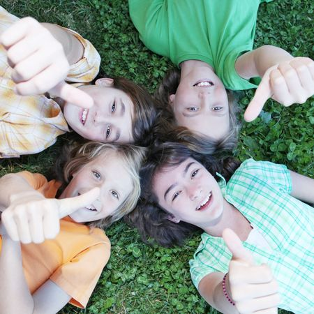 campamento de verano: grupo de chicos con los pulgares arriba Foto de archivo