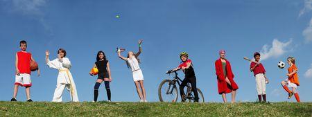 campamento de verano: grupo de ni�os en diversos deportes campamento de verano