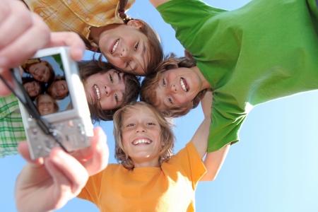 camp de vacances: groupe de joyeux sourire des enfants � un camp d'�t�