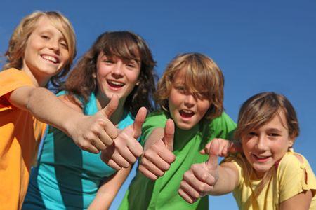 groupe de pré-adolescents avec thumbs up