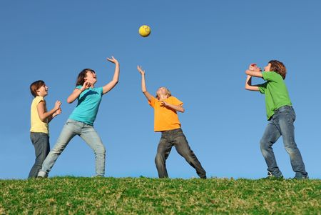 preadolescentes: Healthy Kids jugar a la pelota al aire libre Foto de archivo
