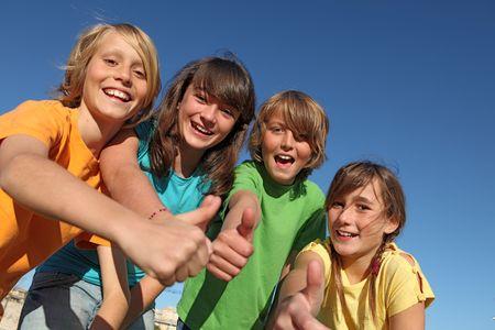 campamento de verano: grupo con los pulgares arriba Foto de archivo