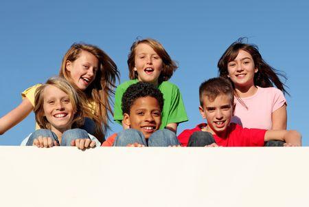 campamento de verano: feliz grupo de sonrientes, los ni�os la celebraci�n de firmar en blanco o banner